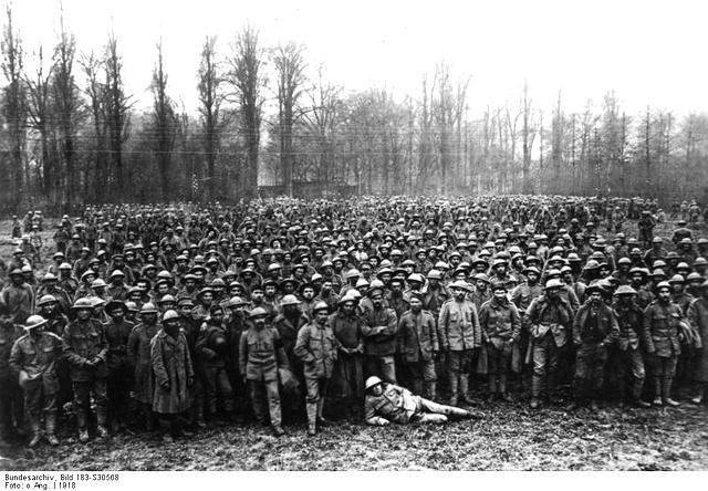Scherl Bilderdienst, Berlin Weltkrieg 1918. Die englischen Hilfsvölker. Gefangene Portugiesen in einem Lager hinter der Front [im Westen]. 4493-18